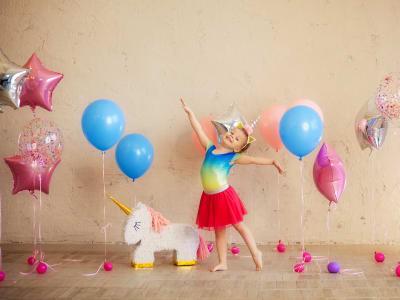 petite fille autour de ballons en helium