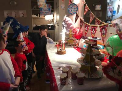 enfant devant le buffet pour le ateu d'anniversaire