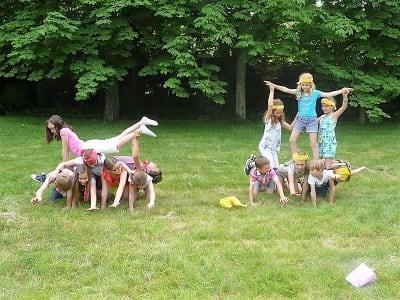 groupes d'enfant essayant d'effectuer une pyramide huaine