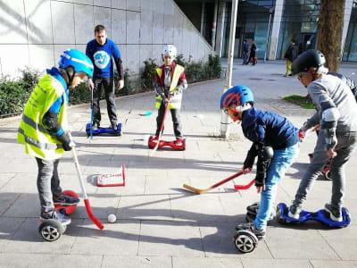 groupe d'enfant jouant au hockey sur un hoverboard