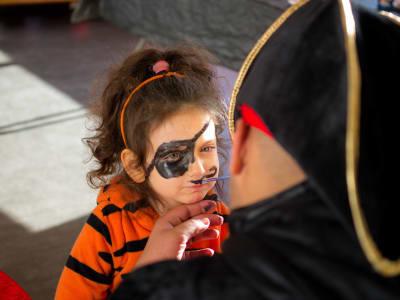petite fille entrain de se faire maquiller en pirate