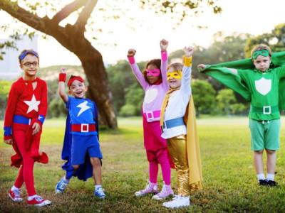 groupe d'enfant habillés en super-heros avengers
