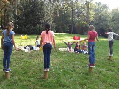 enfants entrain de faire l'épreuve des poteaux