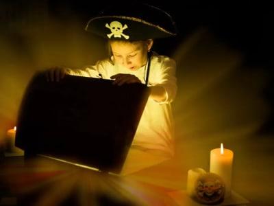 enfant déguisé en pirate ouvrant un coffre à trésors