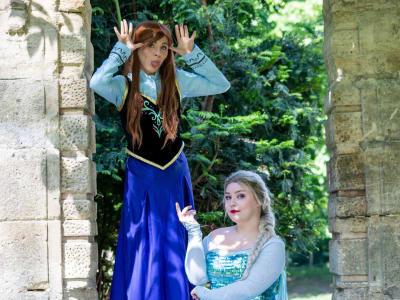 2 animatrices deguisées en Reine des Neiges