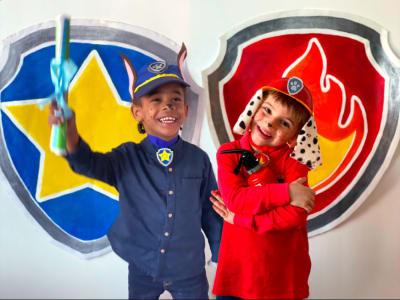 deux enfant déguisés en chase et marcus de la pat patrouille