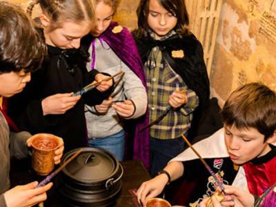 groupe d'enfant réunis préparant une potion