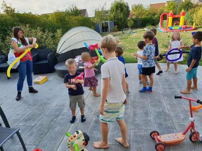 groupe d'enfants faisant de la sculpture sur ballons