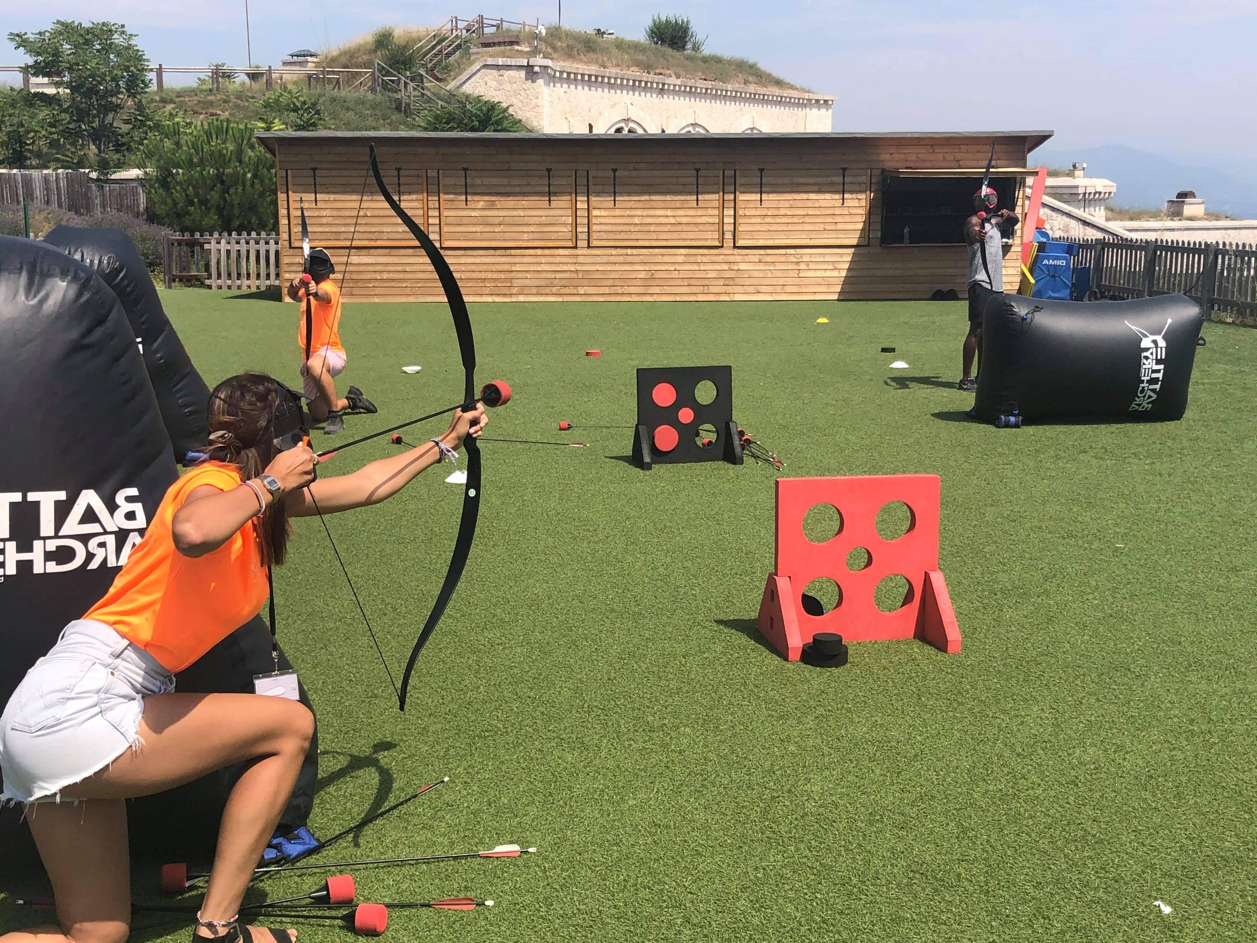 terrain de jeu d'archery tag avec personnes se tirant dessus