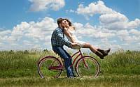 koppel op fiets in weide © Pixabay