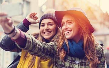 vrienden selfie zelfbeeld parijs, iStock ©