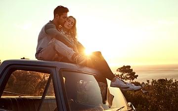 liefhebben koppel auto zonsondergang, iStock ©