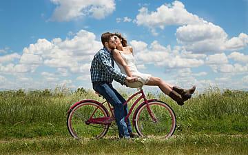 koppel op fiets in weide, Pixabay ©