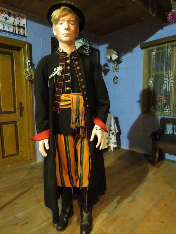 Męskie portki ipas zdnem pomarańczowym, Muzeum Archeologiczne iEtnograficzne wŁodzi