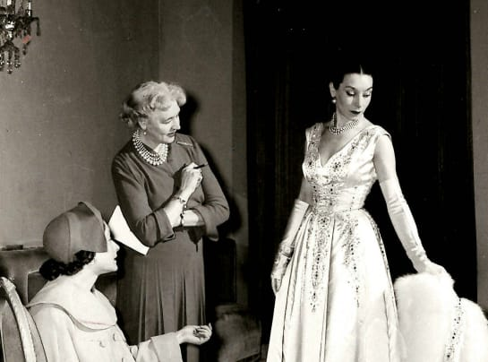 HARTNELL FAMOUS MODEL DOLORES MODELS IN THE SALON AT 26 BRUTON STREET MAYFAIR C 1948 3 bdiiga