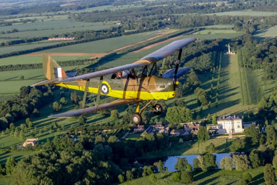 Tiger Moth and a Country House iekiqz