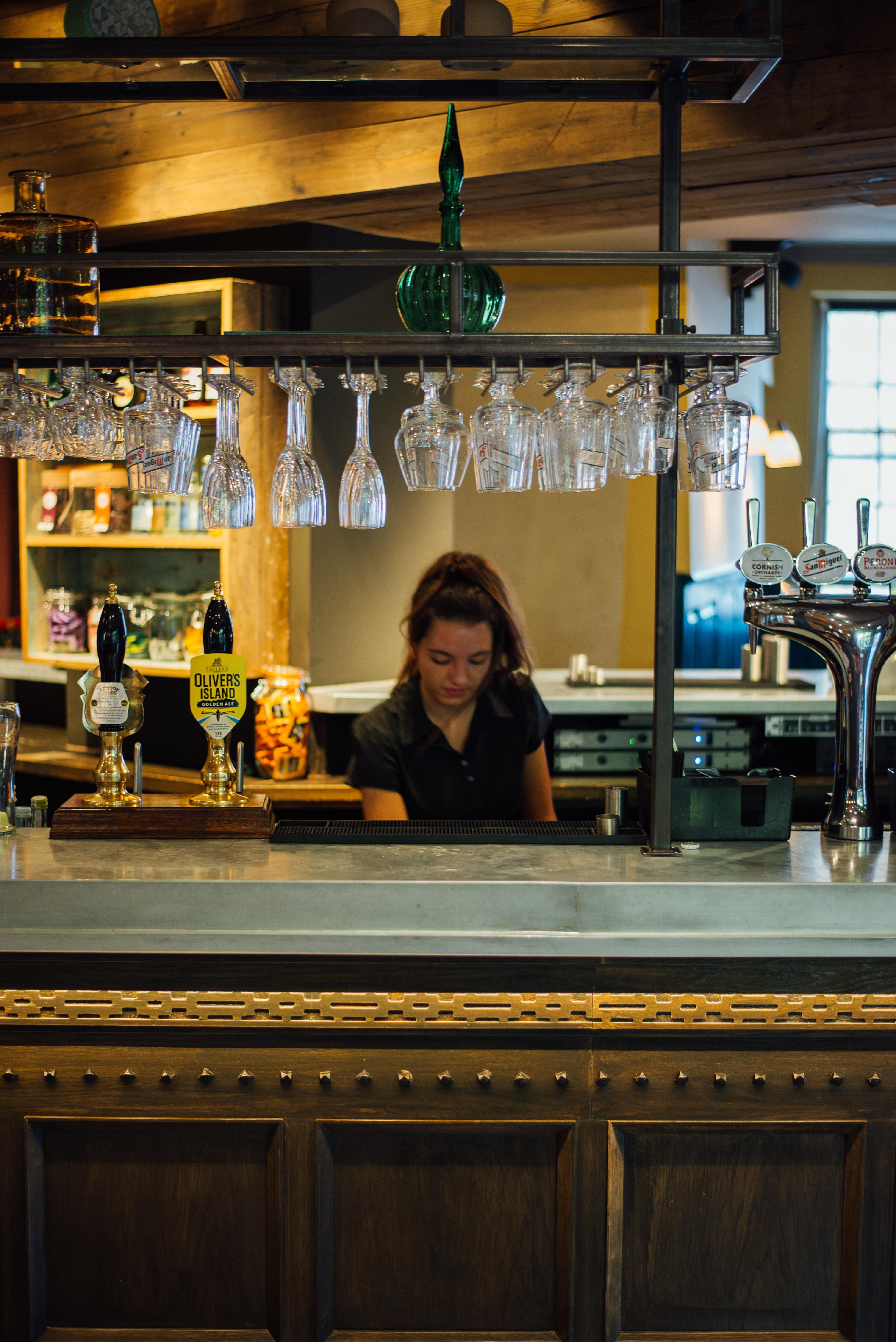 Crown Thistle Abingdon   Behind the Bar nlfqip