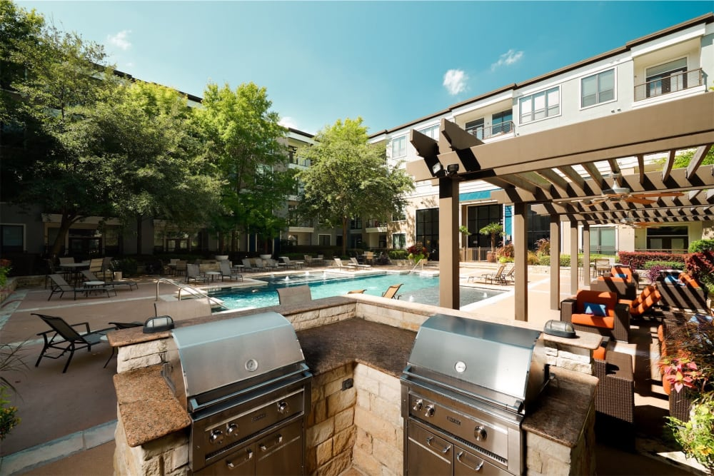 Bbq grilling area next to the pool at Seville Uptown in Dallas, Texas