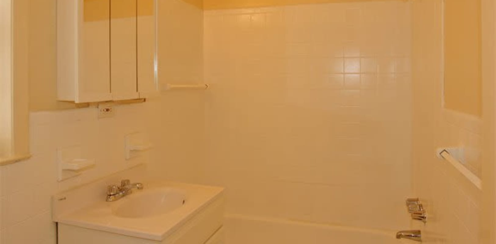 Clean bathroom at Hunterdon Mews in Flemington, New Jersey
