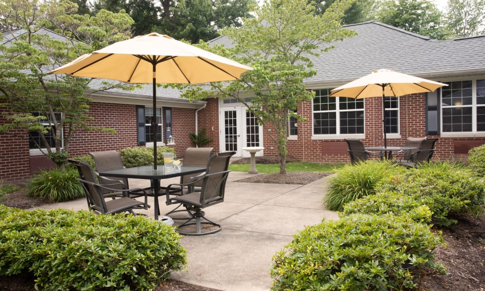 Courtyard with patio seating at Governor's Pointe in Mentor, Ohio