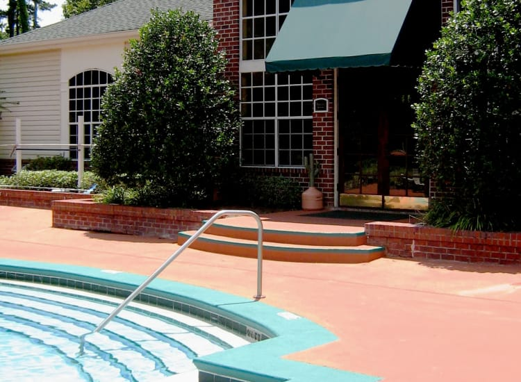 Polos on Park offers a swimming pool in Tallahassee, Florida