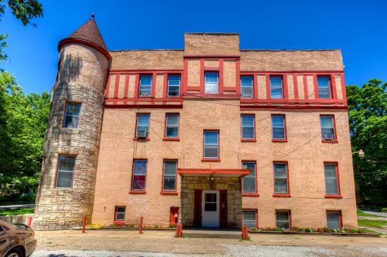 Exterior of apartment building at Concord & Castle in Des Moines, Iowa