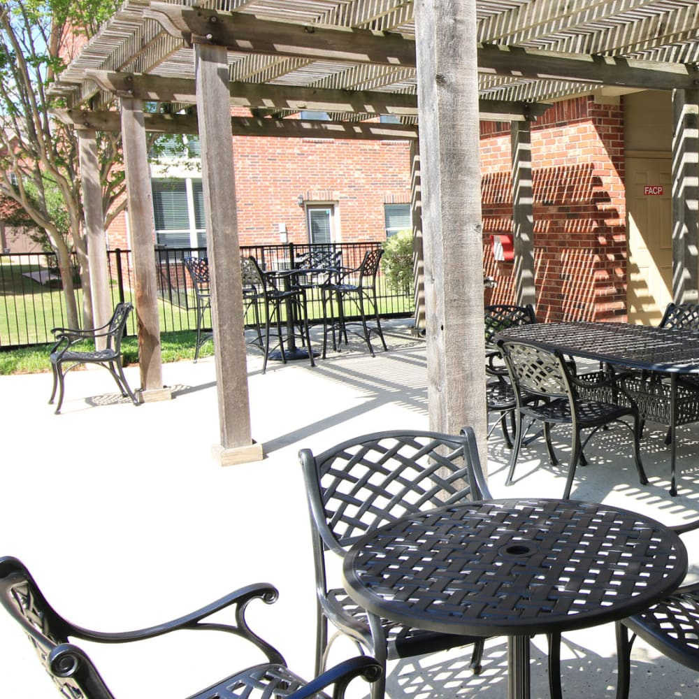 Pergola over one of the outdoor lounge areas at Oaks Estates of Coppell in Coppell, Texas