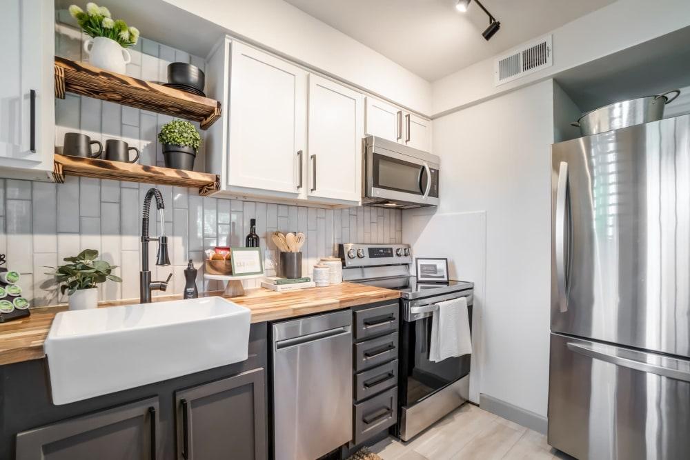 Nice kitchen appliances at Kiwi Goji Apartments Memphis, Tennessee