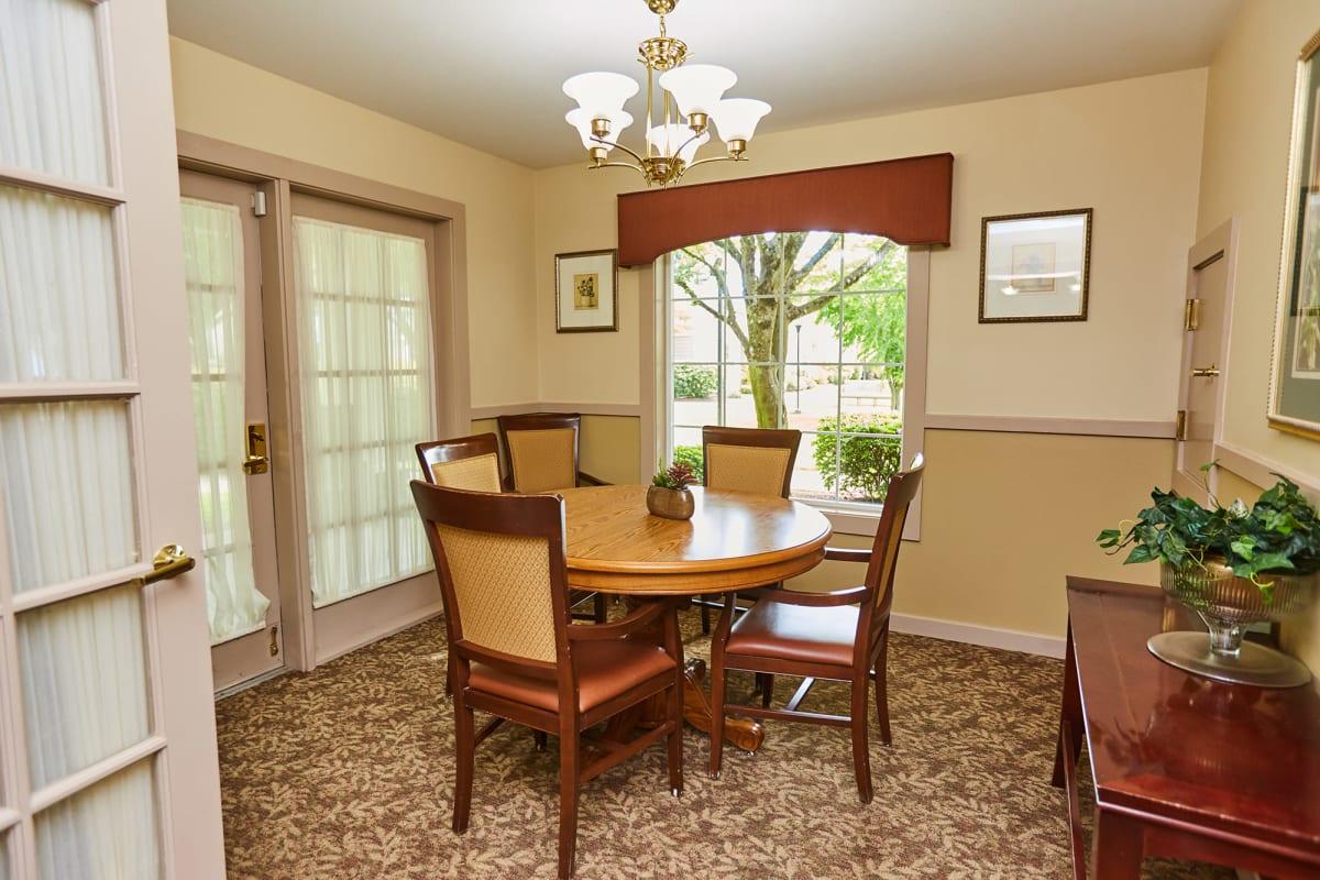 A private dining room at Farmington Square Tualatin in Tualatin, Oregon