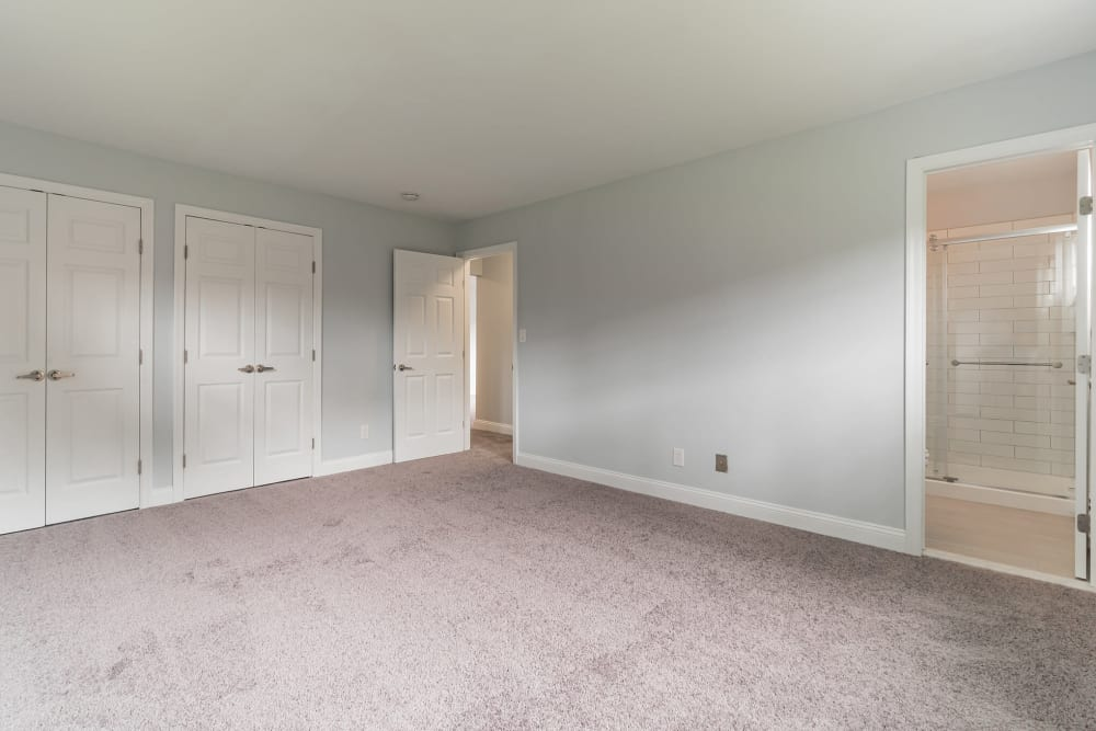Cozy bedrooms with plush carpet at Eagle Rock Apartments at Mineola in Mineola, New York