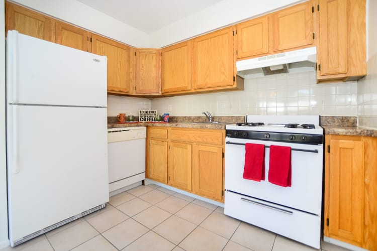 Rolling Gardens Apartment Homes offers a modern kitchen in Mahwah, New Jersey