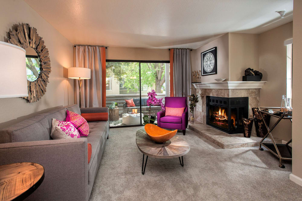 Spacious open living room floor plan at Hidden Lake Condominium Rentals in Sacramento, California