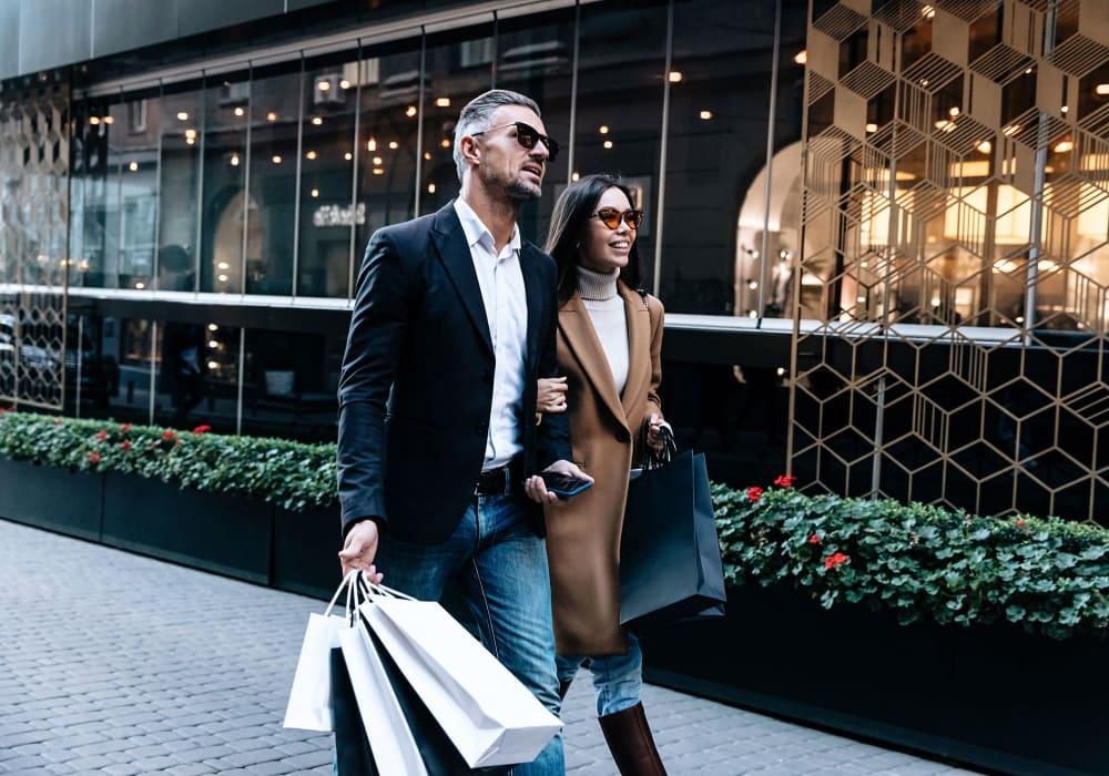Couple out shopping near The Luxe at Cedar Hill in Cedar Hill, Texas
