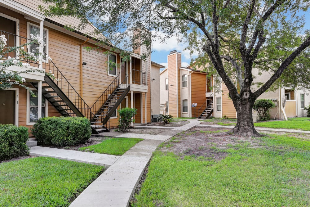 Beautiful walking paths at Cedar Ridge Apartments in Baytown, Texas