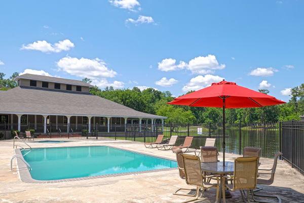 Beautiful swimming pool at Retreat at Ragan Park in Macon, Georgia