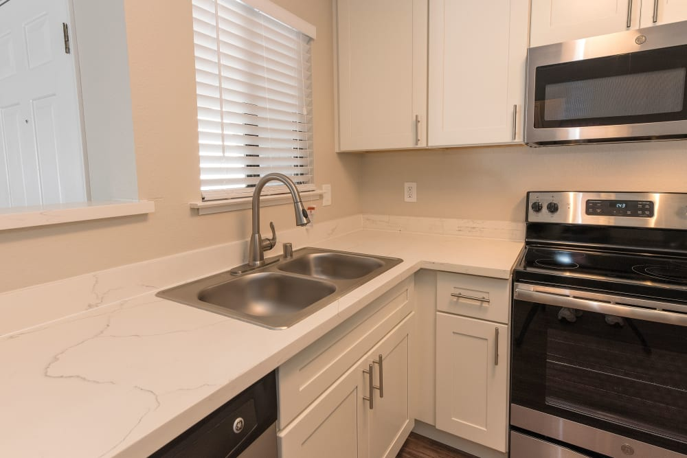 Kitchen with granite countertops at Park Ridge Apartment Homes in Rohnert Park, California