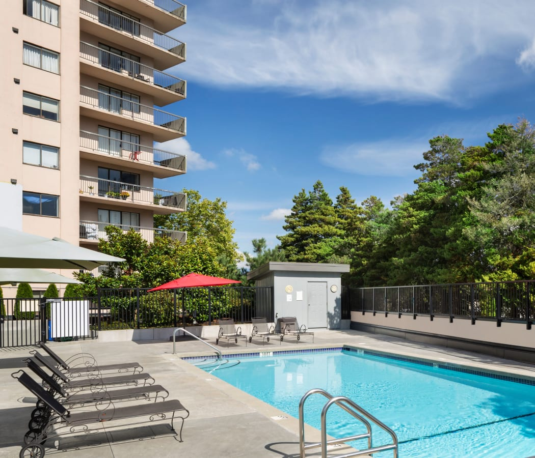 Panarama Tower offers a swimming pool in Burnaby, British Columbia