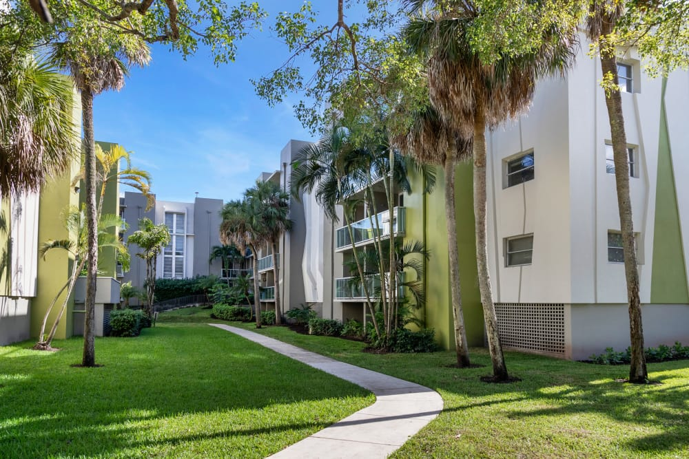 Apartment exterior landscaping at apartments in Plantation, Florida