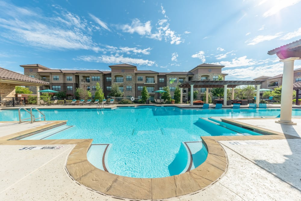 Huge inviting outdoor swimming pool at Evolv in Mansfield, Texas