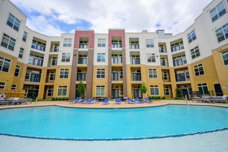Large resort style swimming pool at Aspire at 610 in Houston, Texas