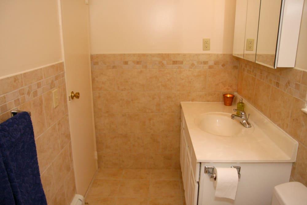 Cozy bathroom at Cedar Village