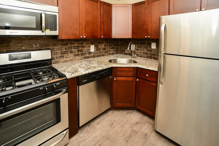 Cedar Creek Apartment Homes offers a modern kitchen in Glen Burnie, MD