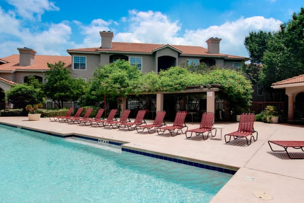 Beautiful swimming pool at Rancho Palisades in Dallas, Texas