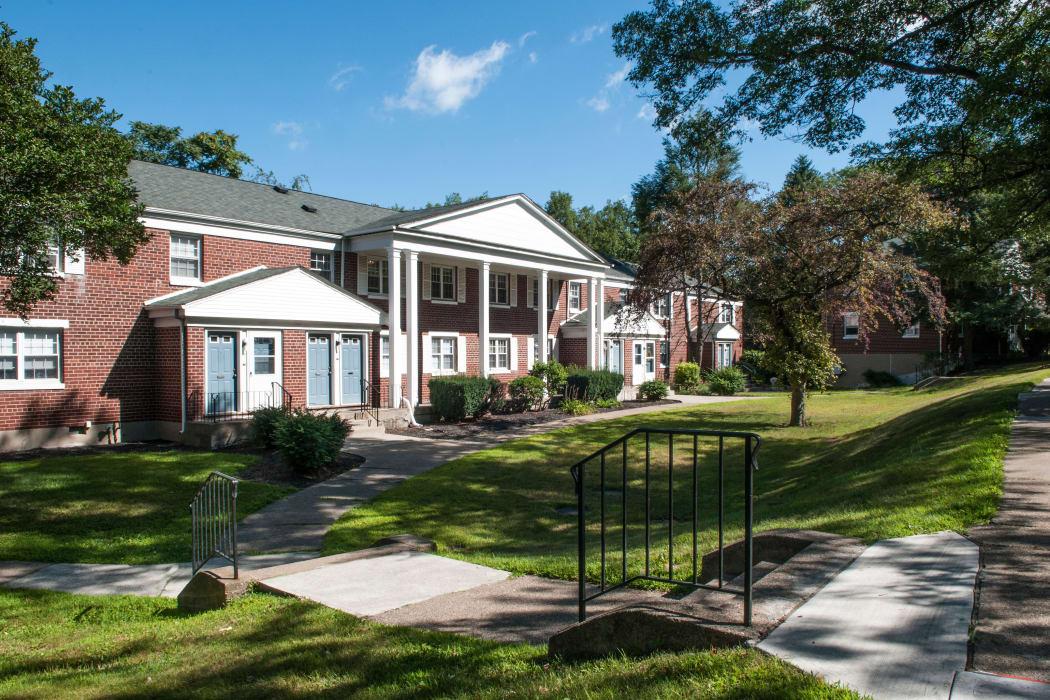 Exterior view of the Oakmont Park Apartments community in Scranton, Pennsylvania