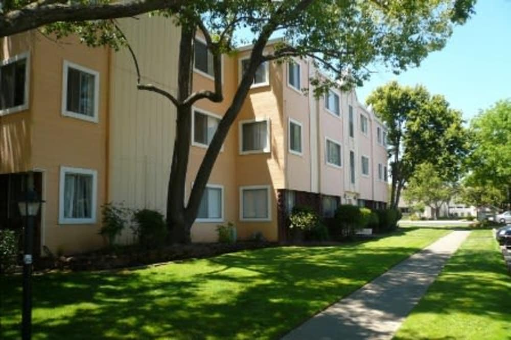 Exterior view of River Park Vista Apartments in Sacramento, CA