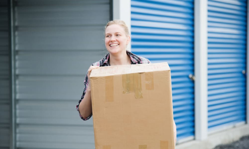 Women moving a box at Aarons Self Storage in Texas