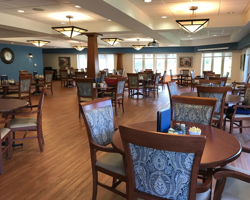 Large resident dining room at Prairie Hills Senior Living in Cedar Rapids, Iowa.