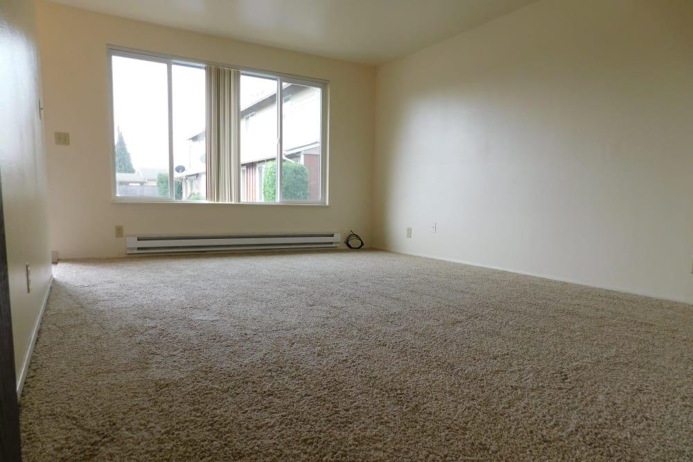 Oakwood Terrace offers a spacious living room in Lebanon, Oregon