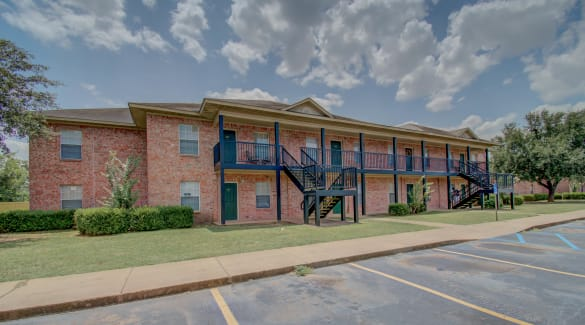An apartment building exterior at Chateau Apartments of Bossier in Bossier City, Louisiana