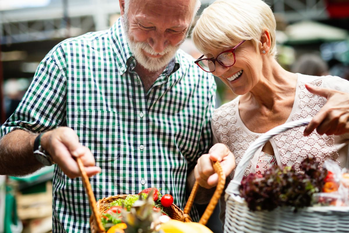 Couple shopping near The Pointe at Siena Ridge in Davenport, Florida